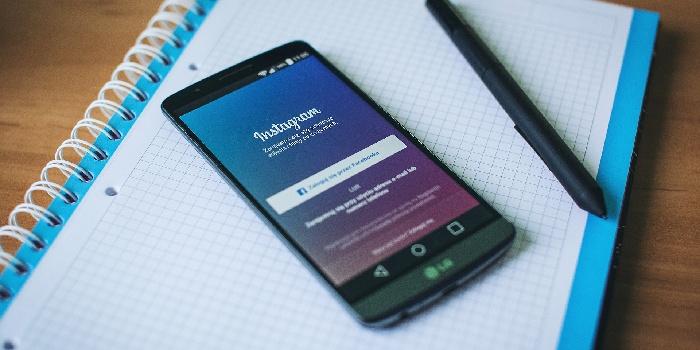 blocco note con cellulare accesso Instagram