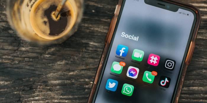 cellulare con schermata social network