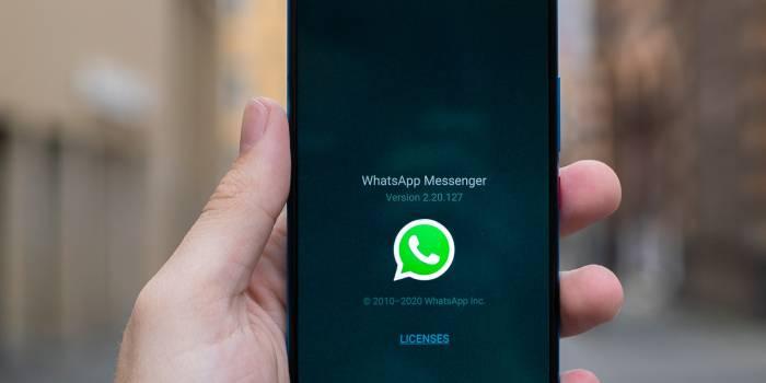 cellulare con schermata whatsapp