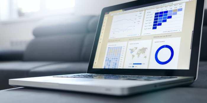 pc con schermata accesso ad Analytics