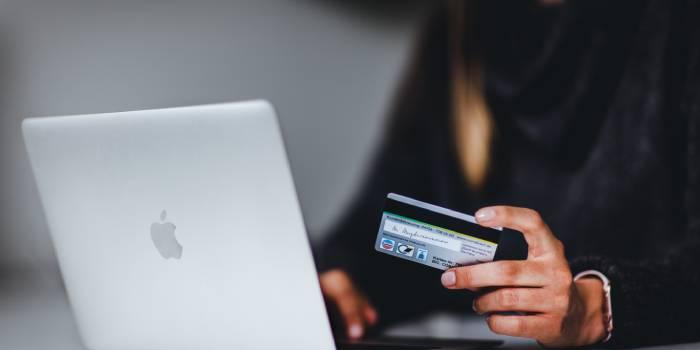 persona al pc con carta di credito