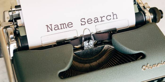 macchina da scrivere e foglio con scritta name search